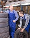 Mecânicos de carro que trabalham no carshop Imagem de Stock Royalty Free