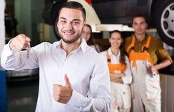 Mecânicos e cliente feliz Foto de Stock