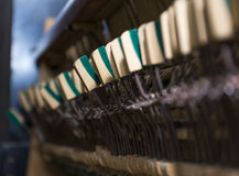 Mecânicos pequenos dos martelos dentro do piano velho com Imagens de Stock Royalty Free