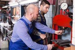 Mecânicos que trabalham na oficina Fotos de Stock