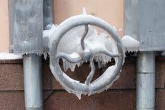 Mecanismo congelado do leme, torneira de água superfície gelada com sincelos Foco macio imagem de stock
