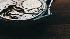 Mecanismo costoso del reloj en la acción, cierre encima del vídeo del carro metrajes