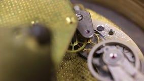 Mecanismo de engrenagem do close-up velho do pulso de disparo Conceito do maquinismo de relojoaria, video estoque