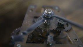 Mecanismo de engrenagens velho do pulso de disparo do cronômetro com som do tiquetaque-tiquetaque video estoque