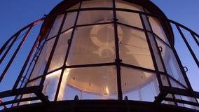 Mecanismo de la luz de la linterna del faro que gira en última hora de la tarde