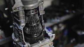 Mecanismo de la reparación del mecánico de coche en el body shop metrajes