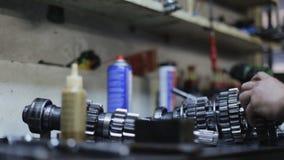 Mecanismo de la reparación del mecánico de coche en el body shop almacen de video