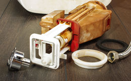 Mecanismo de nivelamento do toalete quebrado Fotos de Stock Royalty Free