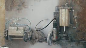Mecanismo de trabalho - painel de controle da indústria na planta - produção do reforço da fibra de vidro para a construção video estoque