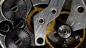 Mecanismo del reloj del vintage que trabaja el acero macro filtrado almacen de video