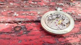 Mecanismo del reloj en fondo de madera metrajes