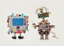 Mecanismo divertido del hombre de los amigos de los robots con la cabeza del monitor, mensaje del extracto del corazón del amor e Fotos de archivo libres de regalías