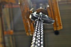 Mecanismo elevador en el taller en la fábrica fotografía de archivo