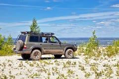Mecanismo impulsor All-wheel SUV en el borde de un acantilado Imagen de archivo libre de regalías