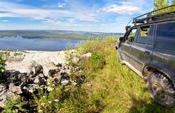 Mecanismo impulsor All-wheel SUV en el borde de un acantilado Fotografía de archivo