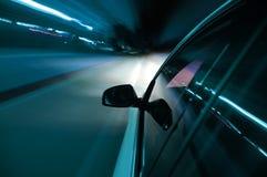 Mecanismo impulsor de la noche con el coche en el movimiento Imagen de archivo libre de regalías