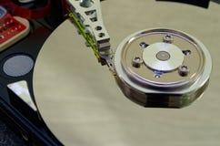 Mecanismo impulsor duro 3 5 pulgadas como almacenamiento de datos con la placa madre imágenes de archivo libres de regalías
