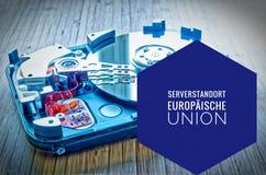 Mecanismo impulsor duro 3 5 pulgadas como almacenamiento de datos con la placa madre y en alemán la unión de Serverstandort Europ Foto de archivo