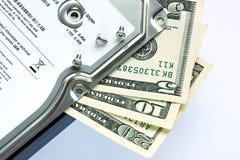 Mecanismo impulsor duro y dólares. Imagenes de archivo