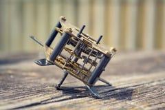Mecanismo retro do relógio do movimento do maquinismo de relojoaria do vintage na madeira Fotos de Stock Royalty Free