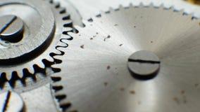 Mecanismo velho do relógio de pulso de disparo com trabalhos das engrenagens video estoque