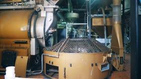 Mecanismo y cisternas del metal situados en una unidad de la fábrica almacen de video
