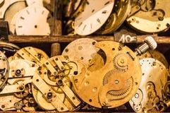 Mecanismos del reloj en una exhibición de madera Imágenes de archivo libres de regalías