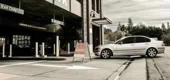 Mecanismos impulsores del coche en garage de estacionamiento Foto de archivo libre de regalías