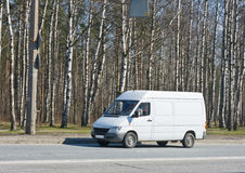Mecanismos impulsores en blanco de la furgoneta cerca Imagenes de archivo