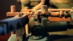 Mecanização velha exposta em um museu vídeos de arquivo