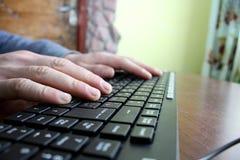 Mecanografíe el texto en el teclado Foto de archivo libre de regalías