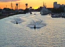 Mecanografíe en el río de Pregolya en puesta del sol Kaliningrado Imagen de archivo