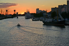 Mecanografíe en el río de Pregolya en puesta del sol Kaliningrado Imágenes de archivo libres de regalías