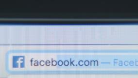 Mecanografiando el sitio del URL - facebook - ascendente cercano almacen de video