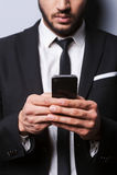 Mecanografiar un mensaje para un socio comercial Fotografía de archivo libre de regalías