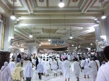 MECCA-FEB.25: Мусульманский держатель Safa достигаемости паломников от держателя Marwah Стоковые Изображения
