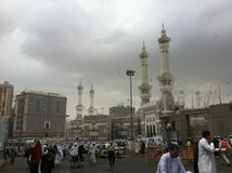 MECCA-FEB.25 :在Masjid Al Haram地区的重的云彩在轻的博士以后 库存照片