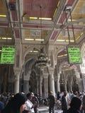 MECCA-FEB.23 :在Masjidil Haram里面的绿色标志表示是 免版税库存图片