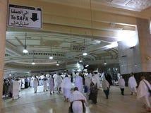 MECCA-FEB.25 :从Marwah登上的回教香客伸手可及的距离Safa登上 免版税库存照片