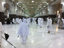 MECCA-FEB.25 : Les pèlerins musulmans exécutent le saei (marche vive) franc Photographie stock libre de droits