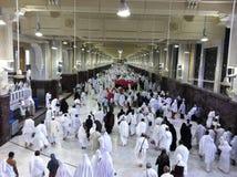 MECCA-FEB.26: Los peregrinos musulmanes realizan el saei (el caminar enérgico) franco Imagen de archivo libre de regalías