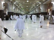 MECCA-FEB.25: Los peregrinos musulmanes realizan el saei (el caminar enérgico) franco Fotografía de archivo libre de regalías