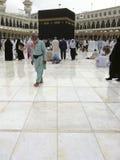 MECCA-FEB.25: Muzułmański pielgrzyma spacer dalej po lekkiego dżdży przy Kaab Zdjęcia Stock