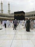 MECCA-FEB.25: Muzułmański pielgrzyma spacer dalej po lekkiego dżdży przy Kaab Obraz Royalty Free