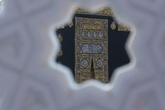 MECCA, SAUDI ARABIA - DECEMBER 22, 2014 : Close up view of the K. Aabah cloth kiswah or kiswa covering the door stock images