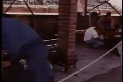 Meccanici che preparano le automobili per la corsa archivi video