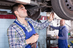 Meccanici che riparano automobile Fotografia Stock