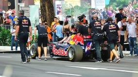 Meccanici che spingono Red Bull che corre automobile F1 Immagini Stock Libere da Diritti
