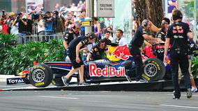 Meccanici che spingono Red Bull che corre automobile F1 Fotografie Stock Libere da Diritti