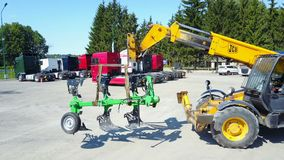 Meccanici che stanno sul terreno coltivabile archivi video